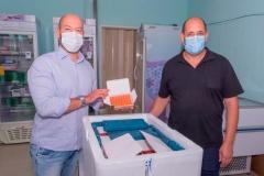 Prefeito-Vinicius-Claussen-e-sec.-de-Saude-Antonio-Vasconcellos-conferem-lote-de-vacinas