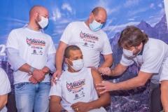Vice-prefeito-Dr.-Ari-aplica-vacina-no-enfermeiro-da-UPA-Mario-Sergio-de-Andrade