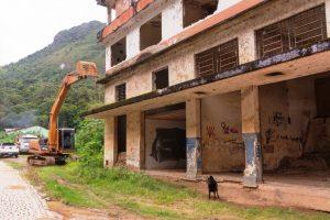 Início da demolição do prédio na Posse em Teresópolis