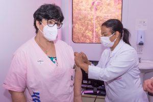 Teresópolis vacina 290 profissionais de saúde e idosos de instituições delonga permanência contra a Covid-19