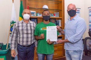 Edson Medeiros, da Associação de Moradores do Vale da Prata, com o gari comunitário Gabriel Henrique Galazi e o Prefeito Vinicius Claussen