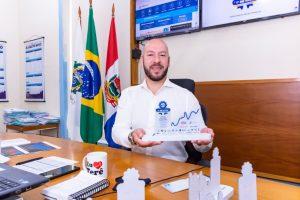 Prefeito Vinicius Claussen com o Troféu 1º de Maio, em homenagem aos trabalhadores