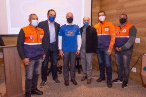 Deputado federal Hugo Leal, Prefeito Vinicius Claussen e o diretor geral do Conselho Diretor da Feso, Luis Eduardo Tostes, com parte da equipe da Defesa Civil Municipal