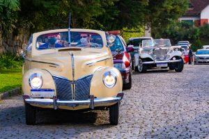 'Carreata Solidária': colecionadores desfilam com seus carros de época pelas ruas de Teresópolis e encantam o público