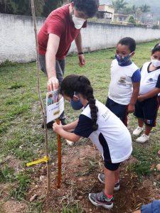 Plantio de mudas de árvores no Ciep Amaury Amaral dos Santos